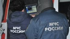 Сотрудники МЧС работают в районе землетрясения. Архив