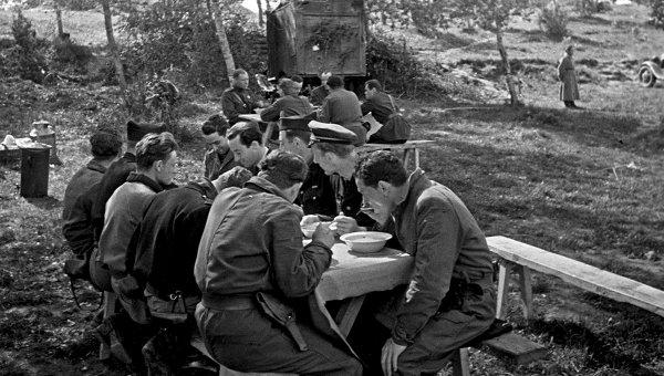 Советские летчики и французские пилоты эскадрильи Нормандия-Неман, 1943 год. Архивное фото
