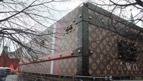 Сундук Louis Vuitton на Красной площади в Москве