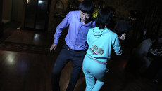 Приезжие из Киргизии приходят в свой ночной клуб отдохнуть от тяжелых будней