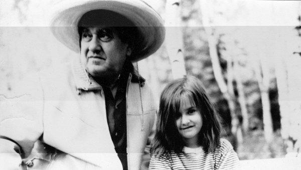 Писатель Виктор Драгунский с дочерью, архивное фото