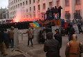 Протестующие бросали камни в кордон милиции на улице Банковая в Киеве