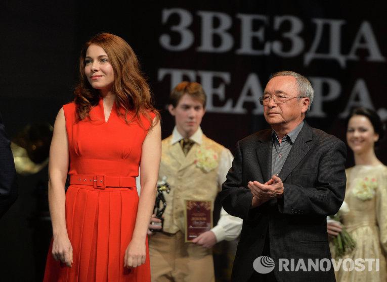 Актриса Екатерина Гусева и поэт Юлий Ким получают премию в номинации Лучший музыкальный спектакль