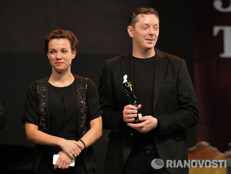 Актеры Надежда Борисова и Павел Ващилин получают премию в номинации Лучший спектакль