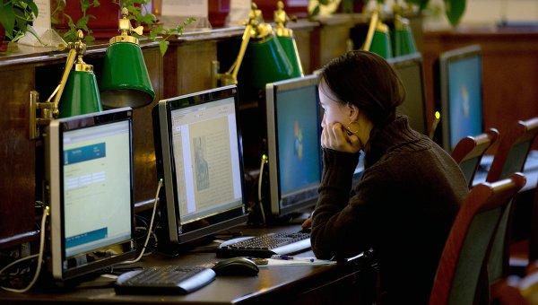 Посетительница в Российской государственной библиотеке в Москве. Архивное фото