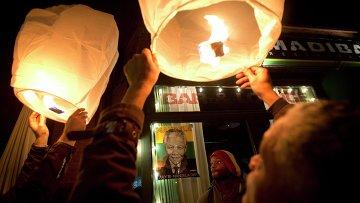 Люди запускают небесные фонарики в память о скончавшемся экс-президенте ЮАР Нельсоне Манделе в Нью-Йорке
