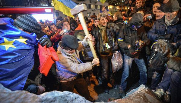 Снос памятника Ленину в центре Киева, фото с места события
