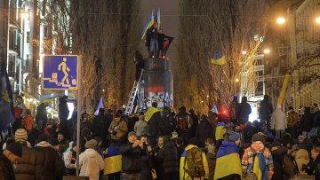Снос памятника Ленину в центре Киева. Фото с места события