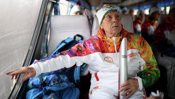 Сибирский долгожитель А.Каптаренко пронес Олимпийский огонь. Архивное фото