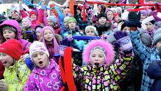 Дети приветствуют олимпийский огонь