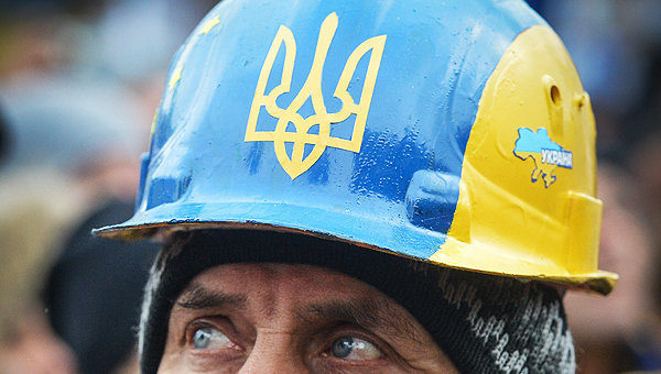 Мужчина в каске на митинге сторонников евроинтеграции Украины на площади Независимости в Киеве.