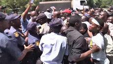 Жители ЮАР прорвали полицейское оцепление, чтобы проститься с Манделой