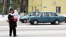 Пешеход переходит дорогу на улице Смирнова в Томске, архивное фото