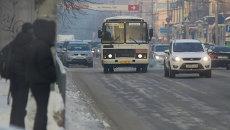 Зимние улицы в Томске - транспорт, архивное фото
