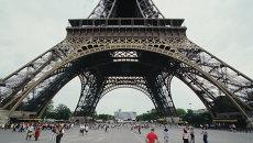 Фрагмент Эйфелевой башни в Париже, архивное фото