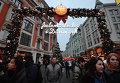 Посетители на рождественской ярмарке Копенгагена на улице Петровка в Москве