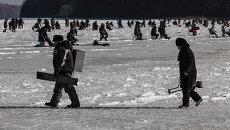 Зимняя рыбалка на льду Амурского залива во Владивостоке. Архивное фото
