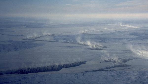Облака над трещинами во льдах Арктики, Архивное фото