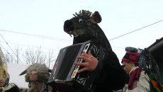 Танцующая коза и медведь с баяном на колядках в Красноярске