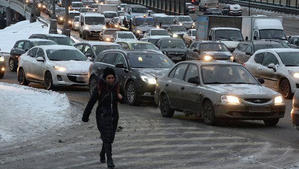 Затрудненное автомобильное движение на третьем транспортном кольце из-за сильного снегопада в Москве. Архивное фото