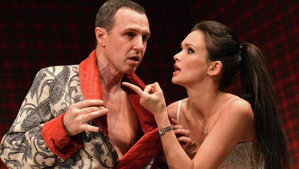 Игорь Верник (Ричард Уилли) и Паулина Андреева (Джейн Уорзингтон) в сцене из спектакля №13