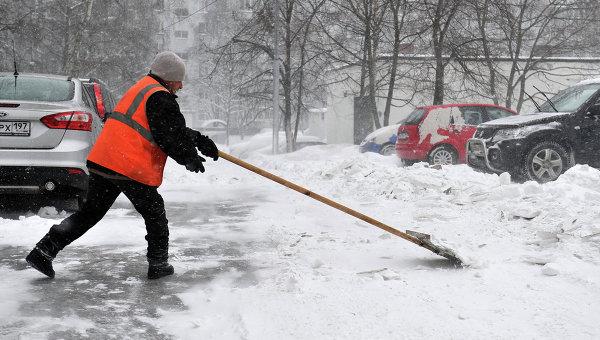 Дворник убирает снег. Архивное фото