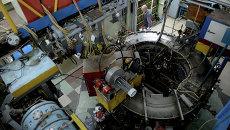 Сотрудник научного центра во время технических работ на коллайдере ВЭПП-3 в Институте ядерной физики имени Г.И. Будкера в Новосибирске. Архивное фото