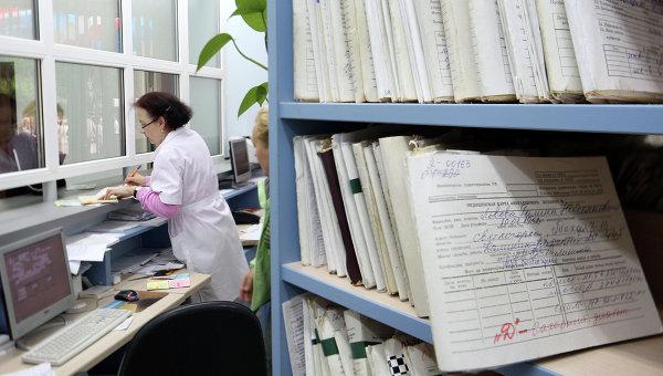 Медицинский работник в регистратуре. Архивное фото