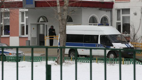 Машина полиции возле московской школы № 263, куда проник вооруженный старшеклассник
