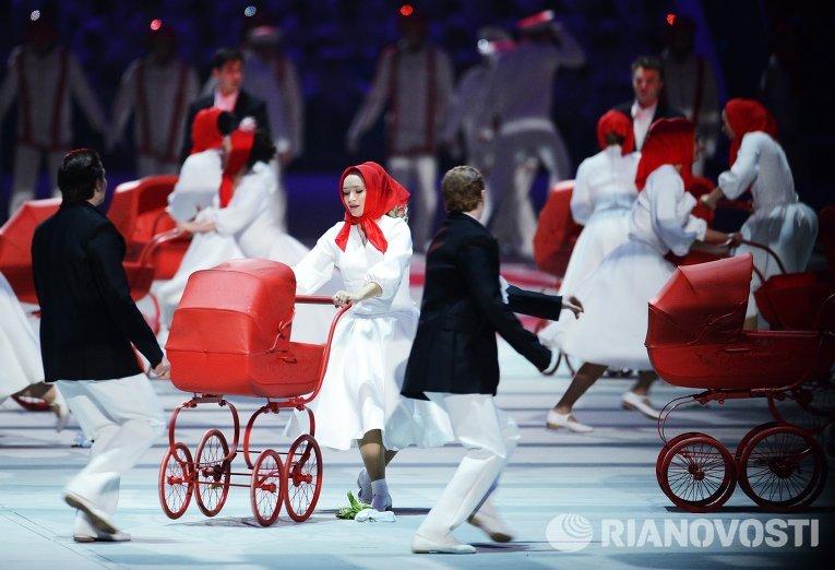 Молодые пары с детскими колясками и малышами как символ бэби бума советского времени, который произошел в 1981-1983 годах, то есть сразу после Олимпиады-80.