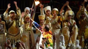 Владислав Третьяк и Ирина Роднина в финальном этапе эстафеты Олимпийского Огня на церемонии Олимпийского огня XXII зимних Олимпийских игр