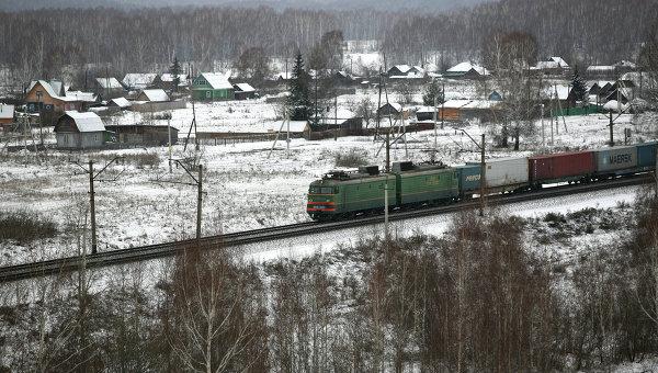 Поезд едет по Транссибирской магистрали