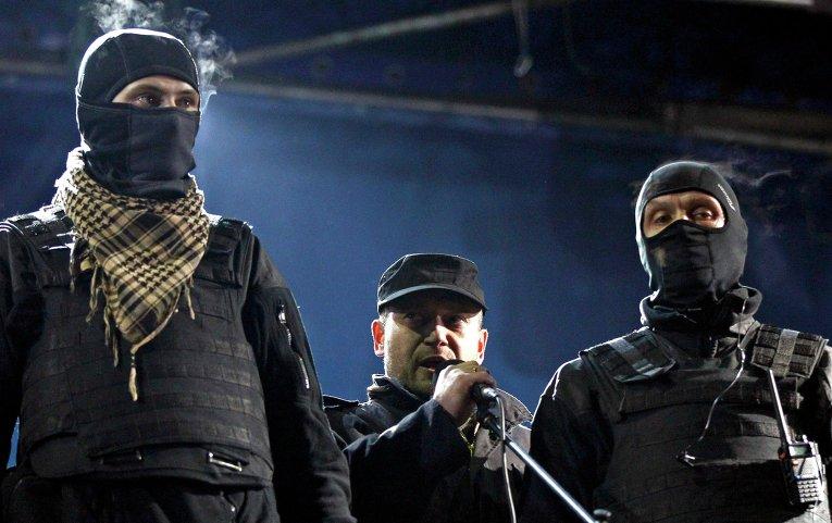 Один из лидеров Правого сектора Дмитрий Ярош (в центре) во время митинга на площади Независимости в Киеве