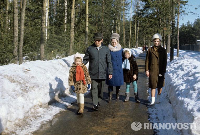 Семья летчика-космонавта Юрия Гагарина на прогулке