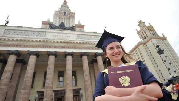 Вручение дипломов. Архивное фото