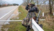 Местный житель из отряда самообороны на блокпосте у въезда в аэропорт Бельбек, архивное фото