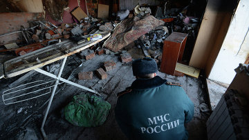 Сотрудник МЧС России в квартире, в которой произошел взрыв бытового газа. Архивное фото