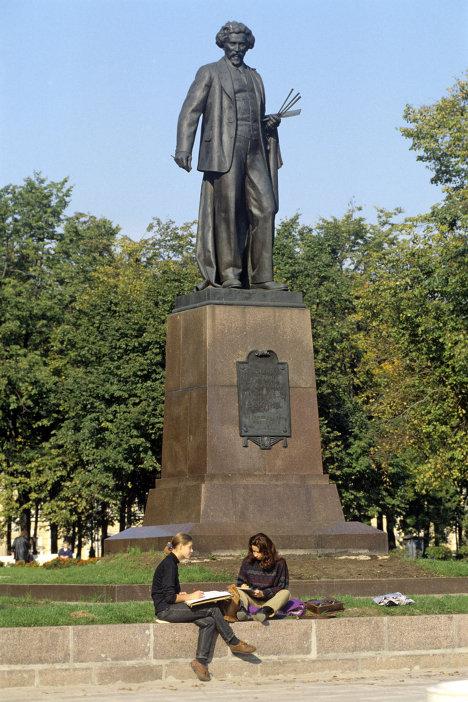 Памятник Илье Ефимовичу Репину на Болотной площади