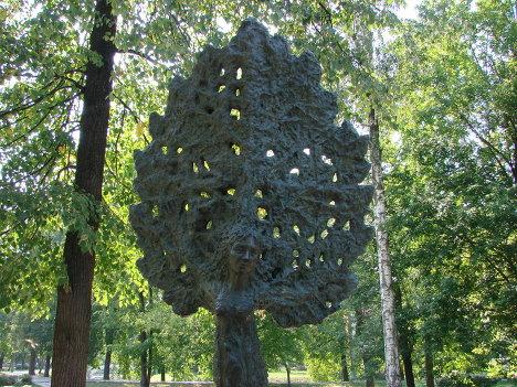 Скульптура в виде дерева, Москва