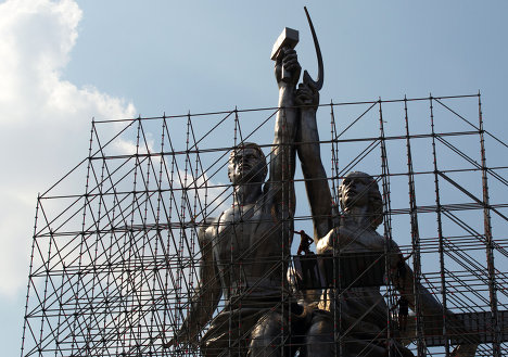 Знаменитая скульптура В.И. Мухиной Рабочий и колхозница вновь оделась в строительные леса