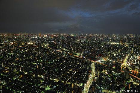 Вид на ночной Токио со смотровой площадки телебашни Tokyo Sky Tree на высоте 350 метров