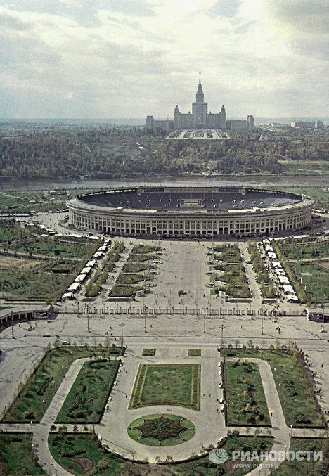 Стадион Лужники и здание МГУ в Москве