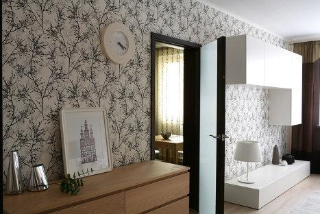 Дизайн квартиры в новостройке, использование дверей с остеклением