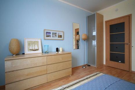 Дизайн квартиры в новостройке, теплые цвета в спальне