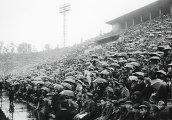 Болельщики смотрят матч на стадионе Динамо в городе Москве