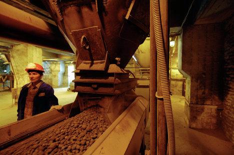 Автоматический весовой дозатор в цехе помола цемента