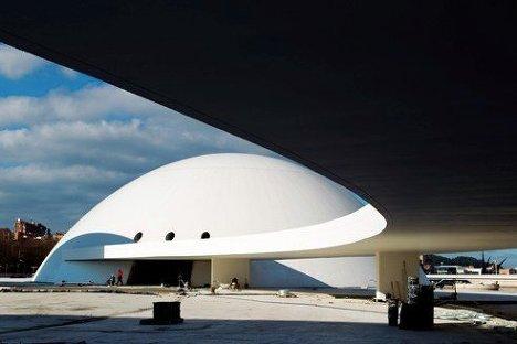 Вид на одно из зданий культурного центра в городе Авилес, построенное по проекту Оскара Нимейера