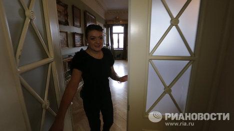 Пикник у камина и балет у книжных полок в квартире Анастасии Мельниковой