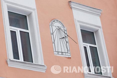 Солнечные часы на здании богадельни костела Святого Людовика