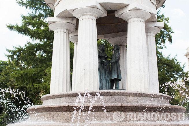 Фонтан-ротонда Наталья и Александр на Никитской площади